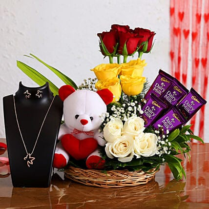 lovely-roses-arrangement-with-teddy-necklace-set_1